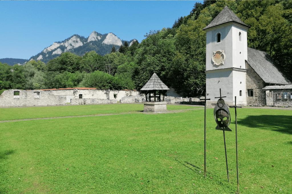 Červený kláštor nádvorie
